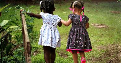 Duas amigas caminhado. Provérbios populares sobre os amigos e a amizade Provérbios sobre os amigos e a amizade.