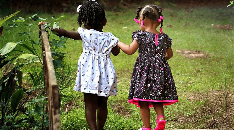 Duas amigas caminhado. Provérbios sobre os amigos e a amizade.