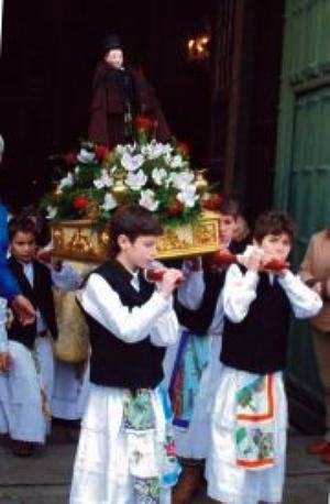 Menino Jesus da Cartolinha sai em procissão, no Dia de Reis, vestido com a Capa de Honras Mirandesa.