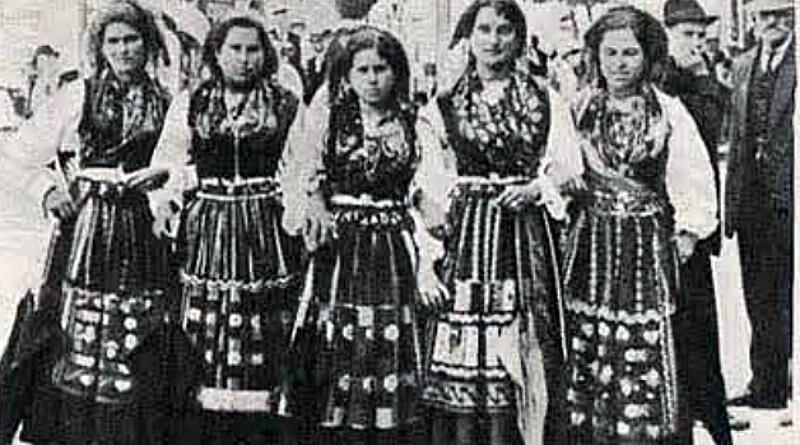 Grupo de Lavradeiras passeando no Campo da Agonia - Feira da Agonia (Viana do Castelo - 1919)
