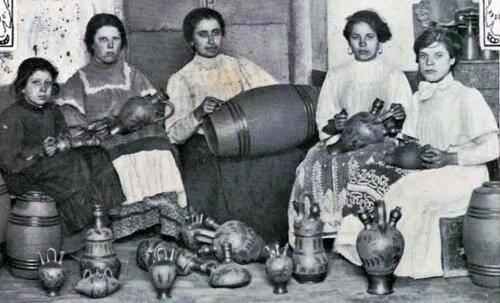 Operárias numa fábrica de bilhas de barro de Estremoz